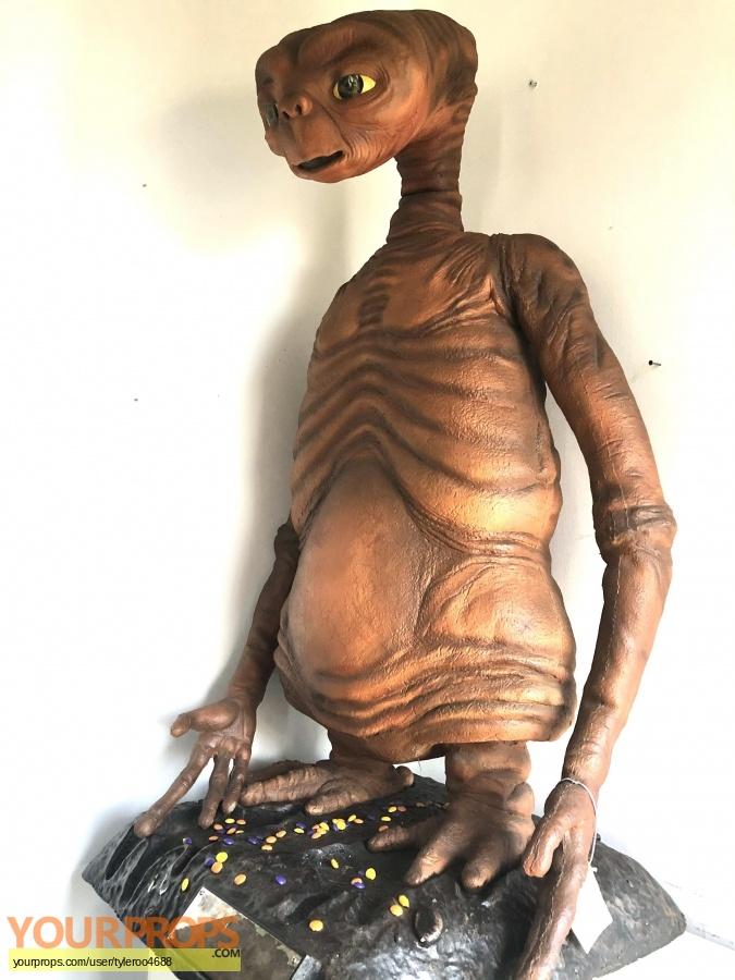 E T  the Extra-Terrestrial Master Replicas movie prop