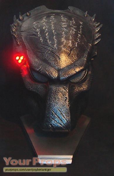 vs  Predator - Requiem Life-Size Wolf Predator Bio Mask Sideshow    Wolf Predator Mask Sideshow